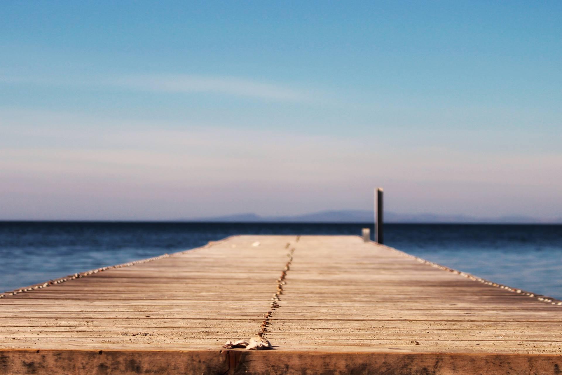 deniz kenarında bir tahta iskele